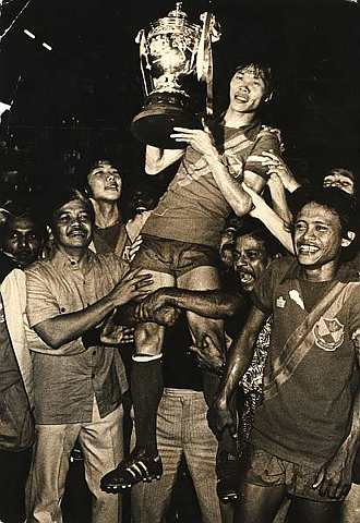 Soh Chin Aun with the Malaysian Cup in 1978