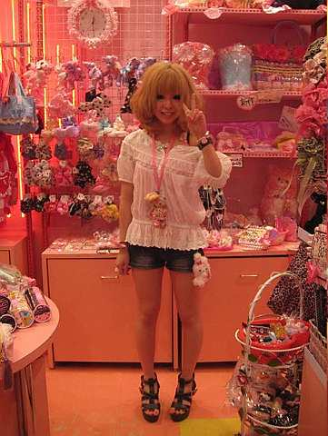 Kaede gestures that she wears platforms or high heels every day, and accessorises with tiny stuffed toys.