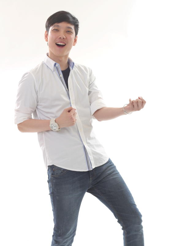 Jeremy Teo is a RED FM announcer  by day, R.AGE Podcast host by night. And he loves playing air guitar (apparently).