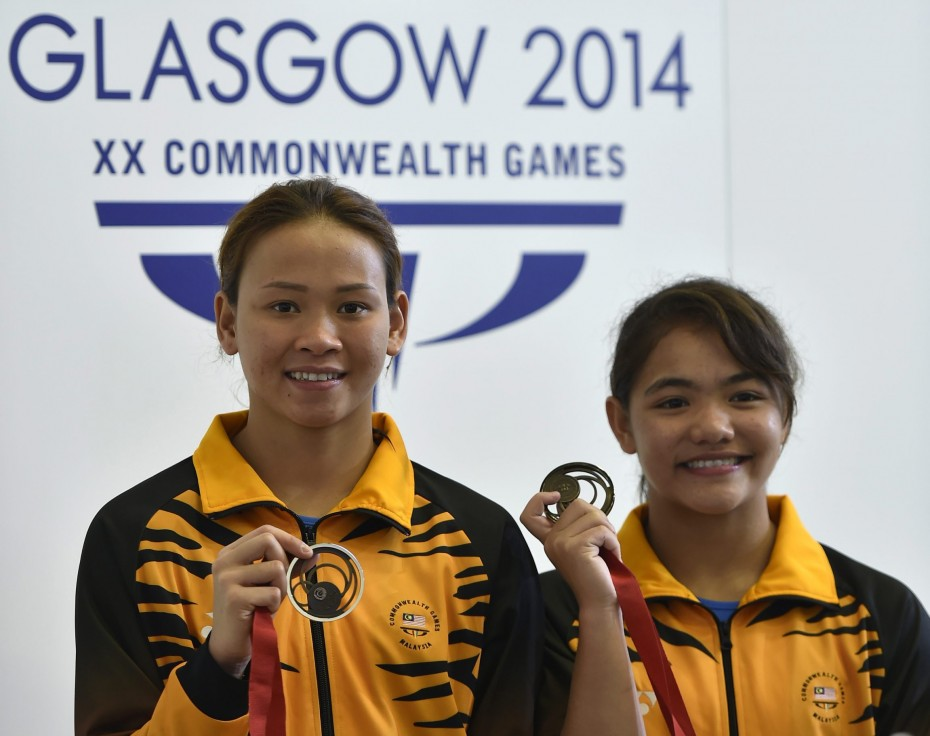 Pandelela and Nur Dhabitah with their bronze medal for the Women's Synchronised 10m Platform Diving at Royal Commonwealth Pool in Edinburgh during the Glasgow 2014 Commonwealth Games- GLENN GUAN/The Star