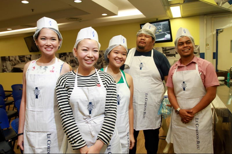 R.AGE Food Fight finalists, Kelly Siew, Li-anne Kuek, Ashley Pan, Ahong Yeang, Nuril Razha are ready to cook it out.