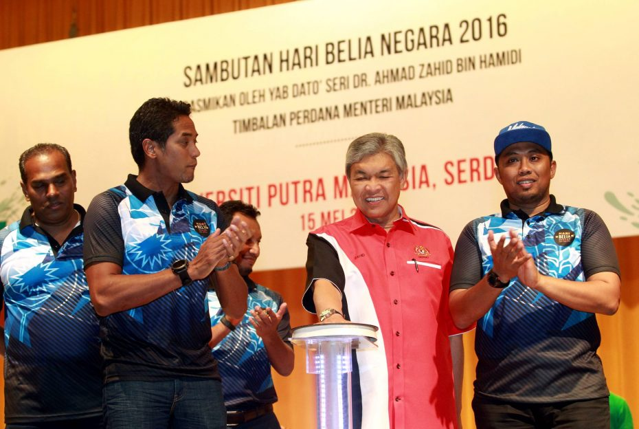 Dr Ahmad Zahid – accompanied by Khairy, Malaysian Youth Council President Mua'mar Ghadafi Jamal Jamaluddin (right) and Deputy Youth and Sports Minister Datuk M. Saravanan (left) – launched the 46th National Youth Day at Universiti Putra Malaysia. — Photos: AZHAR MAHFOF/The Star