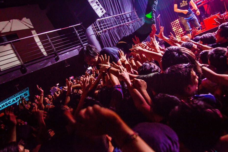 Hujan's frontman, Noh couldn't resist the fun the fans were having while crowd surfing so he decided to join them.