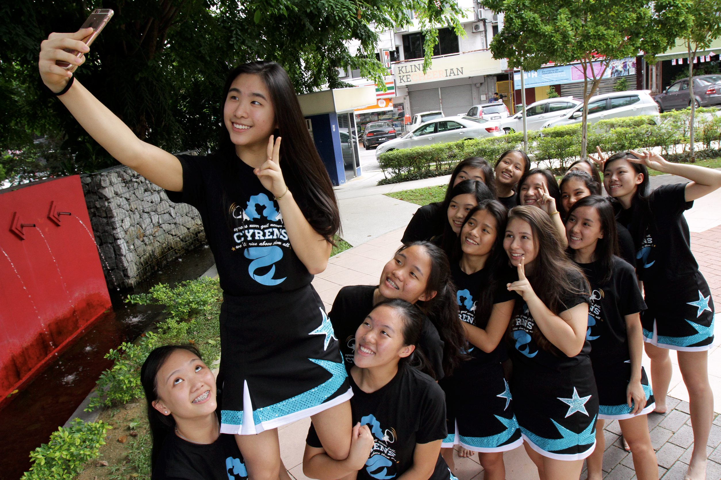 Yang(2nd from left) taking a selfie ala-cheerleader with her teammates.